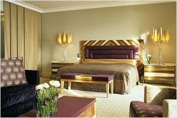Спальная комната в отеле Palace Luzern
